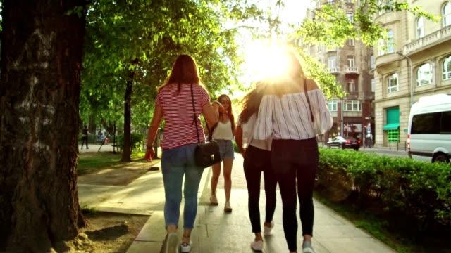vidéos et rushes de femmes d'amis marche dans la ville de budapest - budapest