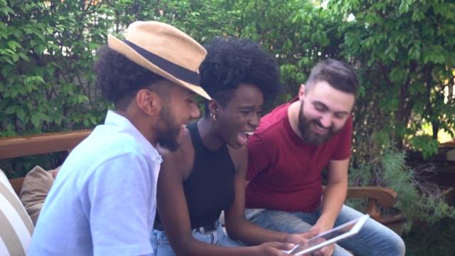 vídeos de stock, filmes e b-roll de amigos/primos que usam a tabuleta em casa - afro