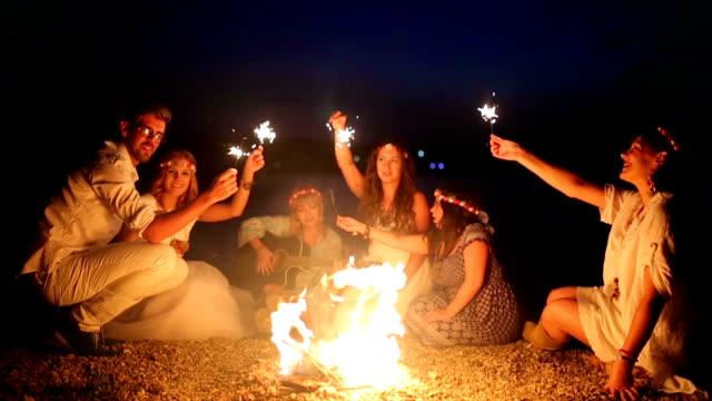 vídeos de stock, filmes e b-roll de amigos, fogo e estrelinhas - fire natural phenomenon