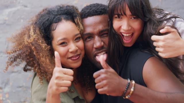 vidéos et rushes de l'amitié est ce qui compte le plus - pouce partie du corps