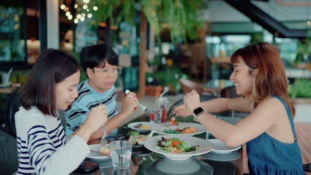 vídeos de stock, filmes e b-roll de jantar de reunião de amizade no restaurante. - almoço