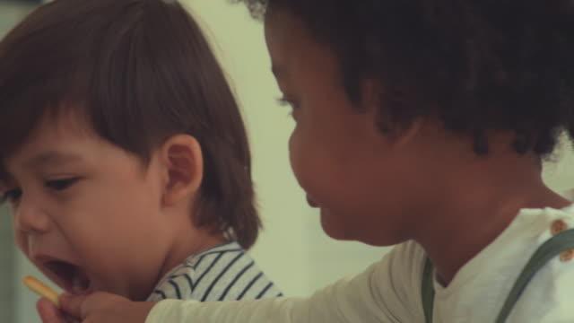 vídeos de stock, filmes e b-roll de amizade - bebês meninos