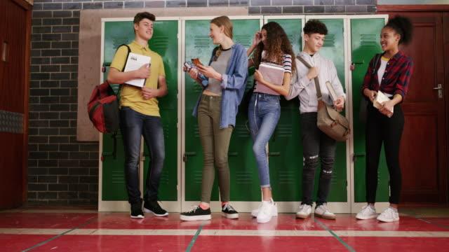 高校最終学年に結成された友情 - 分校点の映像素材/bロール