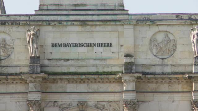 vídeos y material grabado en eventos de stock de cu pan frieze of the siegestor (victory gate) in munich - entabladura