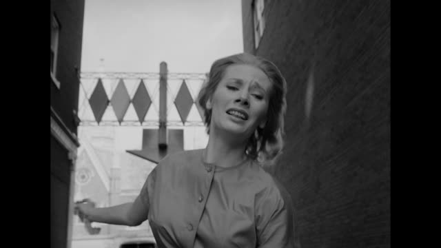 stockvideo's en b-roll-footage met 1962 a frightened woman runs down an alley - gillen