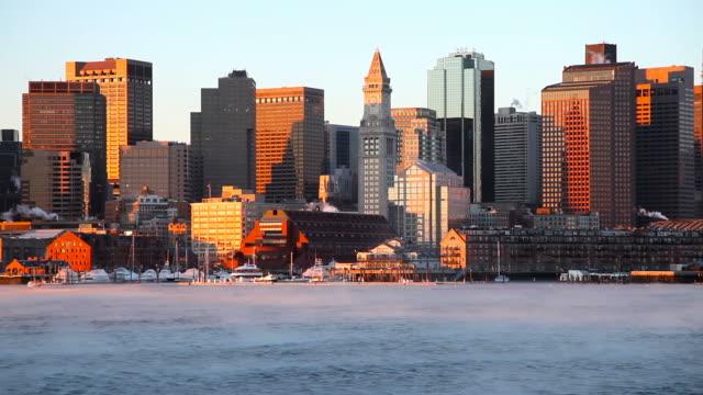 frostige arktischen meer rauch auf den hafen von boston - boston stock-videos und b-roll-filmmaterial