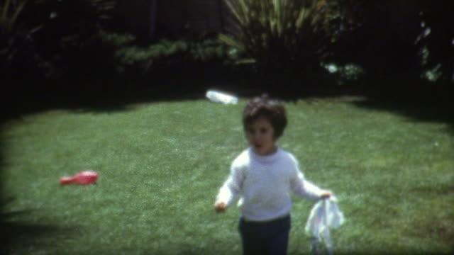 vídeos de stock, filmes e b-roll de frisbee backyard década de 1960 - montagem técnica de filmagem