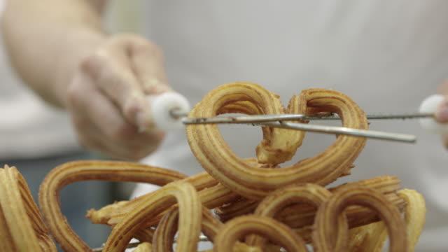 fritura de churros - parte de una serie video stock e b–roll