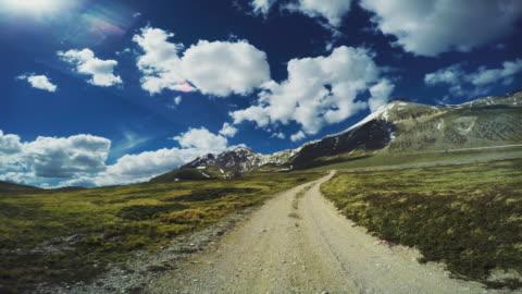 vídeos y material grabado en eventos de stock de pov off-road 4 x 4 coche en un paso de montaña - carretera de tierra