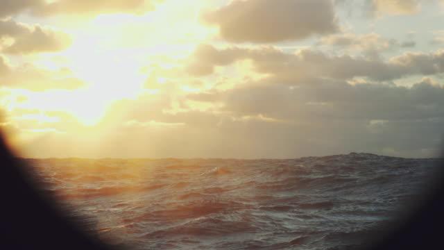 vidéos et rushes de d'un voile un bateau: mer bleue au coucher du soleil - hublot