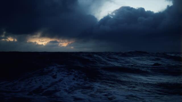 von einem schiff in einem blauen rauen meer in der nacht: wellen dunklen meerblick - passagierschiff stock-videos und b-roll-filmmaterial