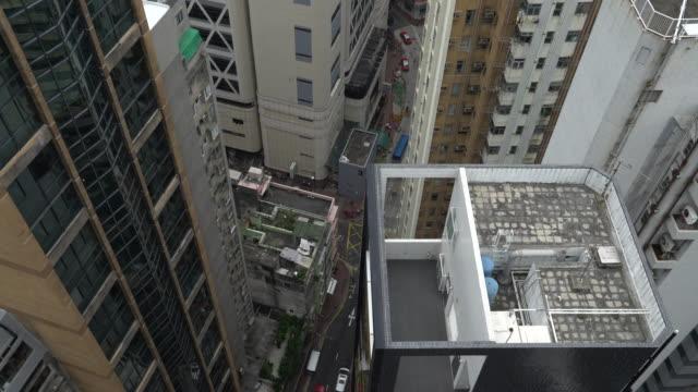 vidéos et rushes de from above car slow - île de hong kong