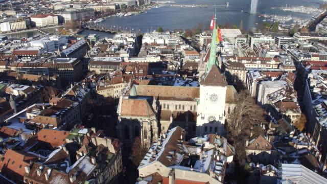 Aus Vogelperspektive der Genfer Altstadt und Kirche