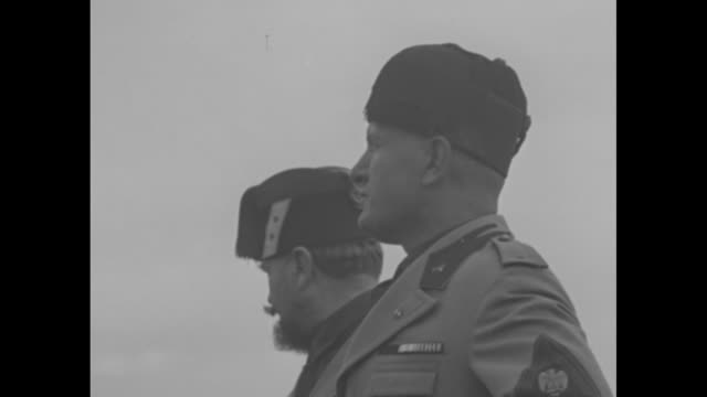 vídeos y material grabado en eventos de stock de from behind benito mussolini: he raises and lowers arm and soldiers march by / mussolini raises his arm in salute, turns to king victor emmanuel iii... - mussolini