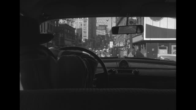 vidéos et rushes de from behind driver as he drives car through new york city street, then stops car and gets out / from behind bus driver as he navigates bus through... - intérieur de véhicule