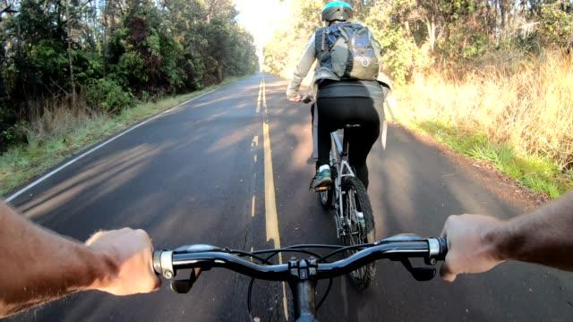 vídeos de stock, filmes e b-roll de pov do ciclista que move-se ao longo da estrada rural - moving activity