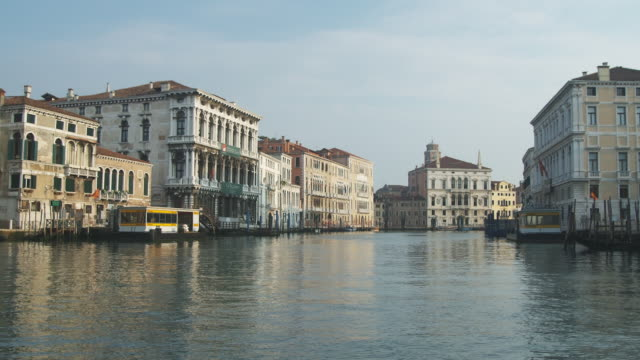 vidéos et rushes de pov, from boat moving on grand canal in morning light, venice, italy - canal eau vive