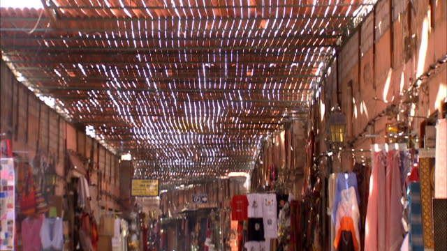 ms td from ceiling to view of busy outdoor market / marrakech, morocco - 売る点の映像素材/bロール