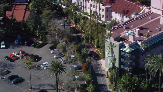 from close fly-by to wide view of beverly hills hotel. shot in 2008. - beverly hills hotel stock videos and b-roll footage