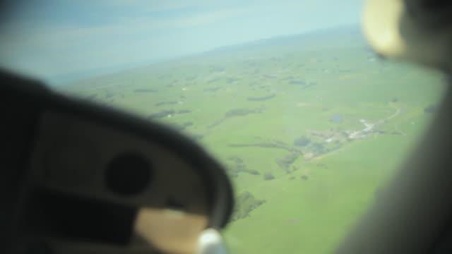 vídeos de stock, filmes e b-roll de cu pan from cockpit gauges of small plane to rolling landscape / novato, california, usa - cabine de piloto de avião