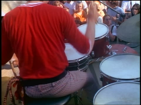 vidéos et rushes de from drummer to rock band crowd of hippies dancing at outdoor concert - batteur