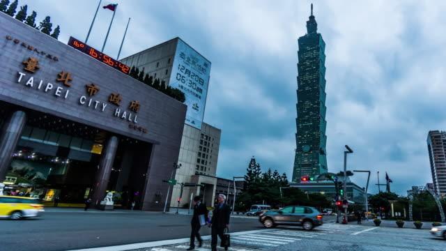 夜、台湾、中国の台北市庁舎と台北 101 タワーの夕暮れから夜に, - 台湾点の映像素材/bロール
