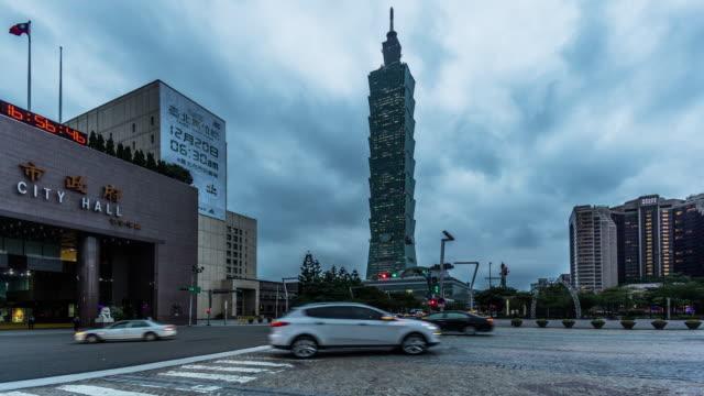 von morgens bis abends taipei city hall und taipei 101 tower am abend, taiwan, china - taipei 101 stock-videos und b-roll-filmmaterial