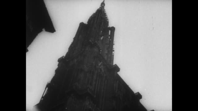 vídeos de stock e filmes b-roll de [from german film seized by canadian government vo in german] rear shot german officer looks up at strasbourg cathedral / adolf hitler and officers... - igreja