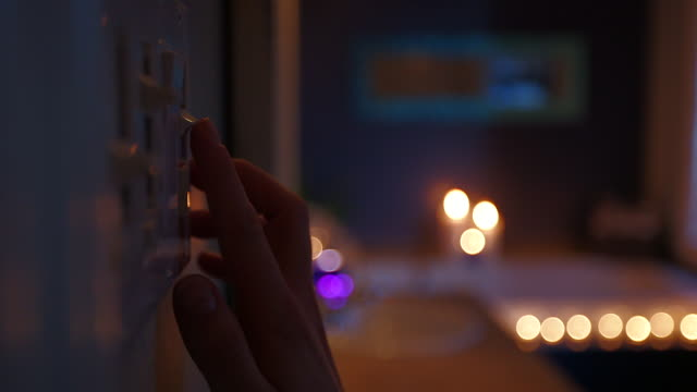 vidéos et rushes de ds from hand changing lighting in bathroom to candlelit bath - allumer