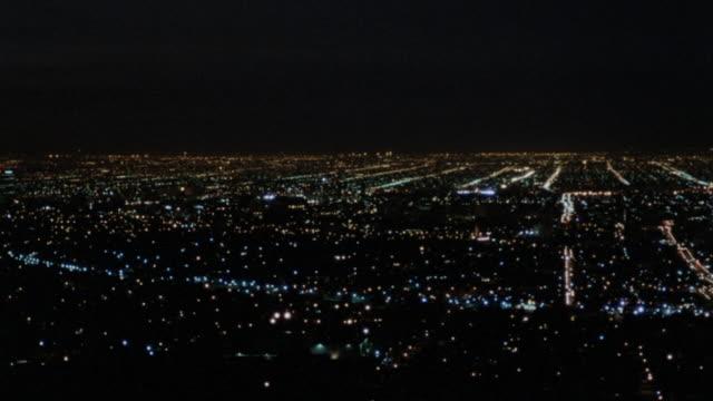 vídeos de stock, filmes e b-roll de city, lowlands neighborhood & downtown lighted city lights & skyscrapers. - expansão urbana