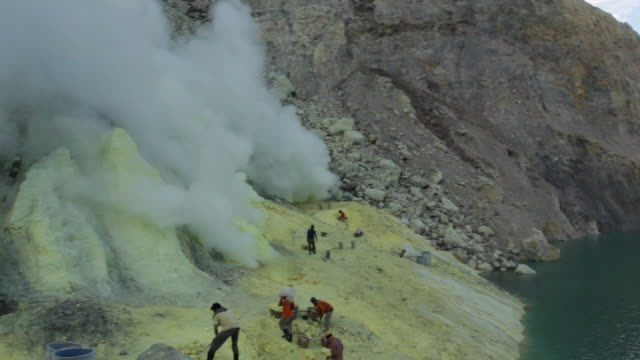 ws pan 360 from inside the ijen volcano crater / ijen, java, indonesia - stahlfass stock-videos und b-roll-filmmaterial