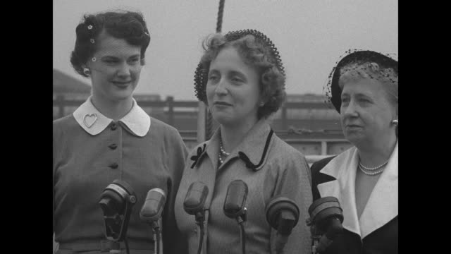 from left to right drucie horton daughter of secretary of treasury john snyder under pres harry truman margaret truman and first lady bess truman... - conferenza stampa video stock e b–roll