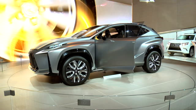 vídeos y material grabado en eventos de stock de from lexus sign to lf-nx revolving on turntable / info sign / front end / wheel / rear end / headlight / front quarter driver side view / looking... - sports utility vehicle