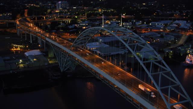 aerial from marquam towards hawthorne bridge in portland, oregon at dusk - fiume willamette video stock e b–roll