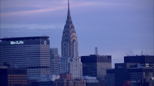from metlife building chrysler building to xws flying midtown manhattan east skyline of highrise buildings skyscrapers nyc - metlife hochhaus stock-videos und b-roll-filmmaterial