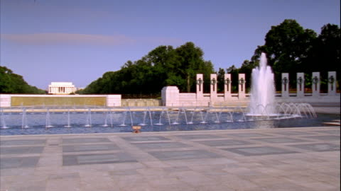 from pacific arch to atlantic arch center of world war ii memorial, fountain fg, memorial ringed w/ pillars representing states, territories,... - columbia center stock-videos und b-roll-filmmaterial