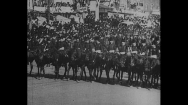 [from paramount screen souvenirs 1932] a view of crowds on pennsylvania ave / vs an assortment of men on horseback wearing shako and decorative... - präsident stock-videos und b-roll-filmmaterial