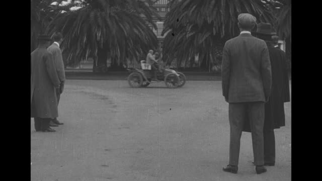 [from paramount screen souvenirs] [actual film title unknown] no title card / silent film with two men pulling up in car marked 99 to other men... - unvollständig stock-videos und b-roll-filmmaterial