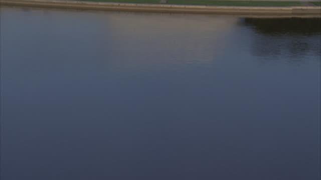 vídeos y material grabado en eventos de stock de low aerial, from potomac river towards national mall, washington dc, washington, usa - río potomac