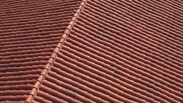vidéos et rushes de ha tu from red-tiled roof of santa barbara courthouse to cityscape / santa barbara, california - toit en tuiles