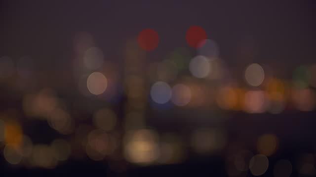 vídeos y material grabado en eventos de stock de from sharp to unsharp. lights of rotterdam skyline illuminated at dusk, aerial view. - rotterdam