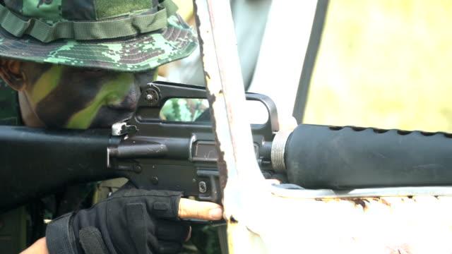 von einer Seite zur vor Blick: komplett ausgestattet und Gesicht getarnten Soldaten ist bereit zu kämpfen