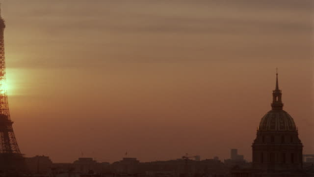 vídeos de stock, filmes e b-roll de pan from silhouette of les invalides to eiffel tower at sunset - céu romântico