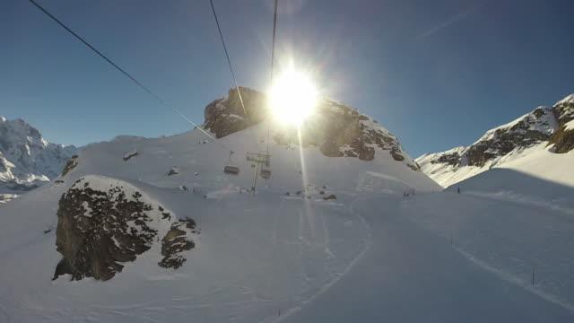 POV van skilift tijdens de klim over besneeuwde landschap