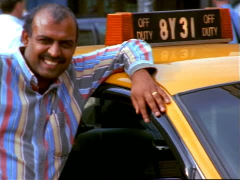 vídeos y material grabado en eventos de stock de pan portrait from taxi to east indian taxi driver smiling at camera / nyc - taxista