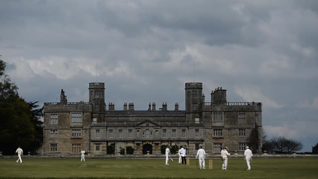 "from the boundary's edge"" castle ashby cricket club, northamptonshire - squadra di cricket video stock e b–roll"