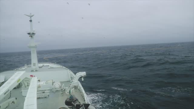 vidéos et rushes de depuis le pont d'un navire pêchant dans une mer agitée - navire
