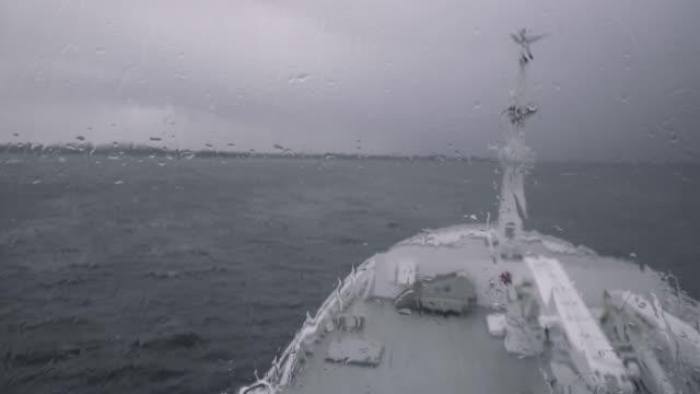 stockvideo's en b-roll-footage met vanaf de brug van een schip zeilen in een ruwe zee - ruw