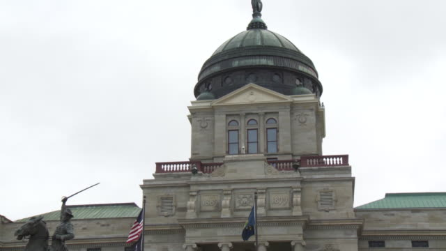 stockvideo's en b-roll-footage met tilt down from the copper dome of the montana state capitol building to a statue of thomas francis meagher. - montana westelijke verenigde staten