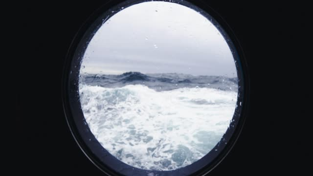 vídeos de stock e filmes b-roll de from the porthole window of a vessel in a rough sea - pescador